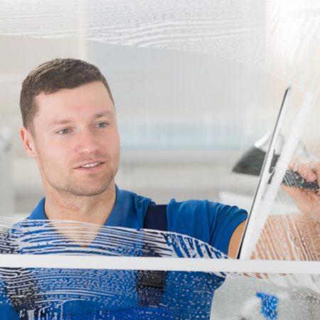 Fensterputzer Bamberg beei der Fensterreinigung inklusiv Rahmen und Fensterbank.